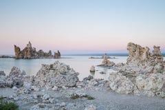 Mono jezioro z tufa skałą przy zmierzchem w Mono okręgu administracyjnym, Kalifornia, usa Fotografia Royalty Free
