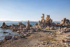 Mono jezioro z tufa skałą przy zmierzchem w Mono okręgu administracyjnym, Kalifornia, usa Obraz Royalty Free