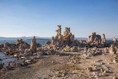 Mono jezioro z tufa skałą przy zmierzchem w Mono okręgu administracyjnym, Kalifornia, usa Obraz Stock