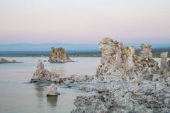 Mono jezioro z tufa skałą przy zmierzchem w Mono okręgu administracyjnym, Kalifornia, usa Obrazy Royalty Free