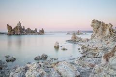 Mono jezioro z tufa skałą w Mono okręgu administracyjnym, Kalifornia, usa Obrazy Royalty Free