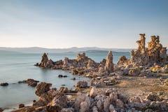 Mono jezioro z tufa skałą w Mono okręgu administracyjnym, Kalifornia, usa Obraz Royalty Free
