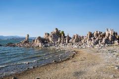 Mono jezioro z tufa skałą w Mono okręgu administracyjnym, Kalifornia, usa Zdjęcia Stock
