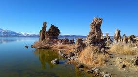 Mono lago Califórnia com suas colunas do tufo - fotografia do curso video estoque