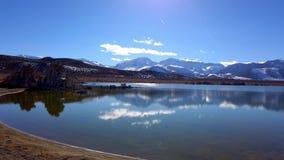 Mono lago California con le sue colonne del tufo - fotografia di viaggio stock footage