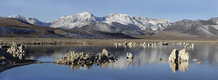 Mono lago com uma montanha da neve em Califórnia, EUA Foto de Stock
