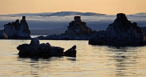Mono lago en el crepúsculo de la mañana Imagenes de archivo