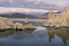 Mono lago en la salida del sol con las tobas volcánicas foto de archivo