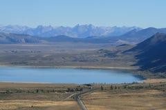 Mono lago y Sierra Nevadas en la distancia Fotografía de archivo