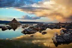 Mono puesta del sol del lago imagenes de archivo