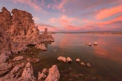 Mono puesta del sol y tobas volcánicas del lago fotos de archivo libres de regalías