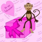 Mono que se sienta en las tarjetas del día de San Valentín de la caja Fotos de archivo