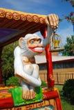 Mono que sostiene una linterna Imagen de archivo