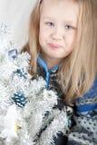 Mono rubio en un suéter al lado de una Navidad blanca Fotos de archivo