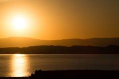 Mono salida del sol del lago foto de archivo