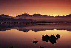 mono scenisk skymning USA för Kalifornien lake Arkivbild