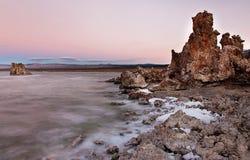 Mono sjö för soluppgång arkivfoton