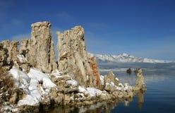 mono snowtufa för lake arkivbilder