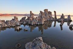 Mono stalagmites del lago del tufo fotografie stock libere da diritti