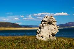 Mono stalagmites del lago del tufo Paesaggio fantastico bello immagini stock libere da diritti