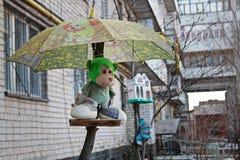 Mono suave del juguete debajo del paraguas como decoración en la yarda en Stalingrad Imágenes de archivo libres de regalías