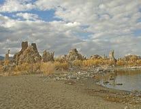 mono tufa för lake Arkivfoton