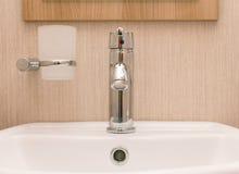 Monobloc Badezimmerhahn auf weißem Becken Stockfotos
