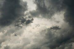 Monochrom des bewölkten Himmels und der dunklen Wolke Stockbild