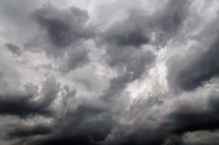 Monochrom des dunklen bewölkten Himmels vor Sturm Stockbild