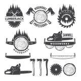 Monochrom etykietki ustawiają z lumberjack i obrazkami dla drewnianego przemysłu ilustracji