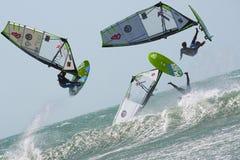 Monochrom - het springen van windsurfer Stock Afbeelding