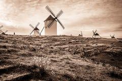 Monochrom wiatraczki w Campo De Criptana miasteczku, prowincja Ciudad Real, los angeles Mancha, Hiszpania zdjęcie stock