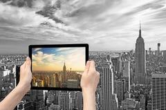 Monochromatisch Uit het stadscentrum Manhattan in werkelijkheid en in tablet Stock Foto's