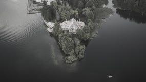 Monochromatyczna fotografia stary zaniechany dom zdjęcia stock