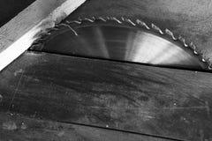 Monochromatyczna kurenda zobaczył i drewniana deska obrazy stock