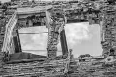 Monochromatycznego wydrążenia zniszczony ceglany dom obrazy stock
