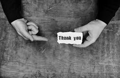 Monochromatycznej fotografii męskie ręki trzyma białego puste miejsce dziękują was na s Obrazy Stock