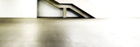 Monochromatycznej panoramy wewnętrzna biała podłoga i schodowa nowożytna budowa Obrazy Stock