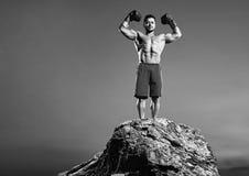 Monochromatyczni strzały srogi męski bokser trenuje outdoors zdjęcie stock