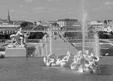 Monochromatyczny obrazek Piękna fontanna przeciw Wiedeń pejzażowi miejskiemu, belwederu ogród w Wiedeń Zdjęcia Royalty Free