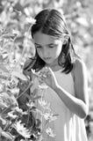 Monochromatyczny portret dziewczyna w ogródzie obraz stock