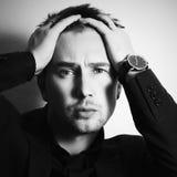 Monochromatyczny portret moda przystojny mężczyzna Biznesmen zdjęcia stock