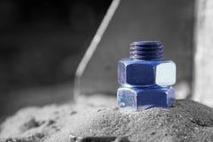 Monochromatyczny srebro podkreślający błękita Stalowy rygiel przymocowywa żelazną pocztę zdjęcia royalty free