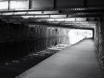monochromatyczny widok pod starym niskim stalowym stropnica mostem krzyżuje Leeds Liverpool kanałowy pobliski armley z kamienną ś obraz stock
