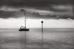 Monochromatyczny wizerunek pojedynczy łódkowaty żeglowanie Zdjęcie Stock