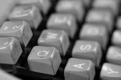 Monochromatyczny wizerunek, stary, rocznik, brudna maszyna do pisania maszyny klawiatura obraz royalty free