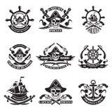 Monochrome изображения ярлыков пирата Иллюстрация воинских кораблей, черепа и оружи бесплатная иллюстрация