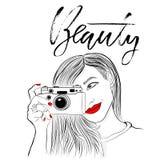 Monochrome иллюстрация вектора Красивая девушка с красными губами и ногтями Усмехаясь фотограф с старой камерой бобра иллюстрация штока