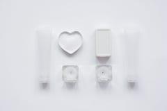 Monochrome комплект косметики для КУРОРТА на белой насмешке взгляд сверху предпосылки вверх Стоковые Изображения RF