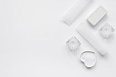 Monochrome комплект косметики для КУРОРТА на белой насмешке взгляд сверху предпосылки вверх Стоковое фото RF